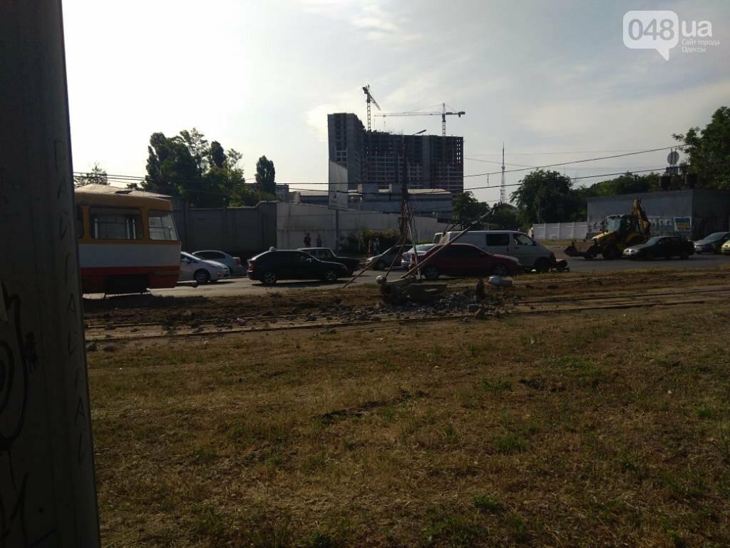В Одессе трамвай врезался в столб и повалил его, - ФОТО, фото-1
