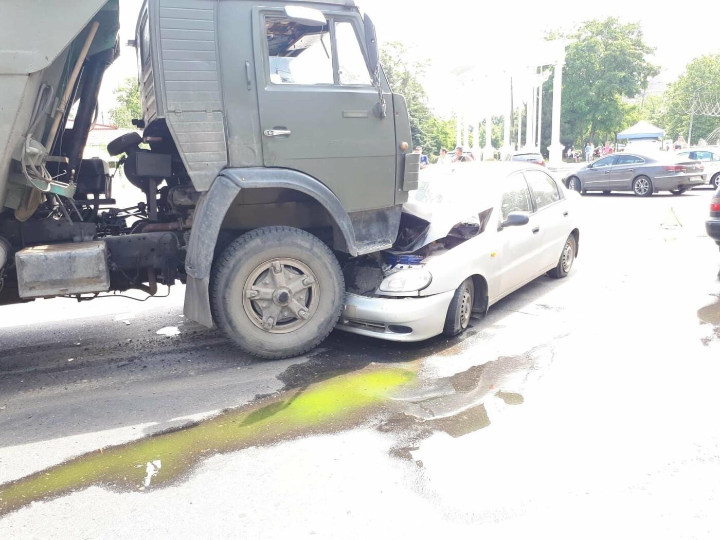 Под Одессой легковушка заехала под КамАЗ, - ФОТО, фото-1