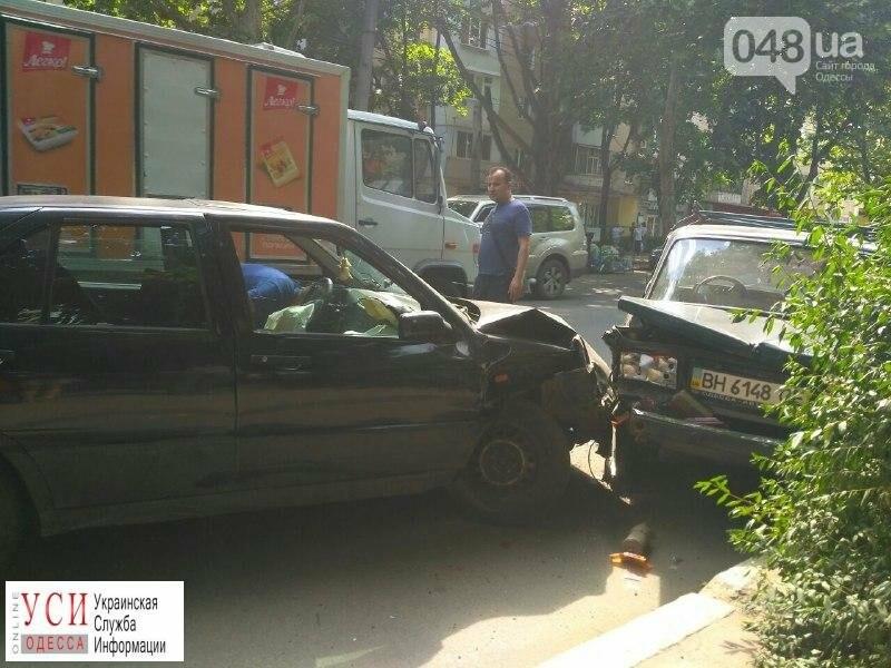 На одесских Черемушках пьяный водитель задел девушку и врезался в чужую машину, - ФОТО, фото-1