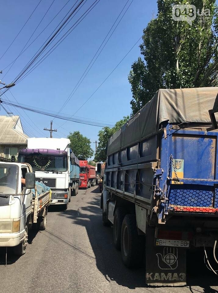 В Одессе улицу заблокировали фуры: маршрутчики высаживали пассажиров, - ФОТО, фото-3