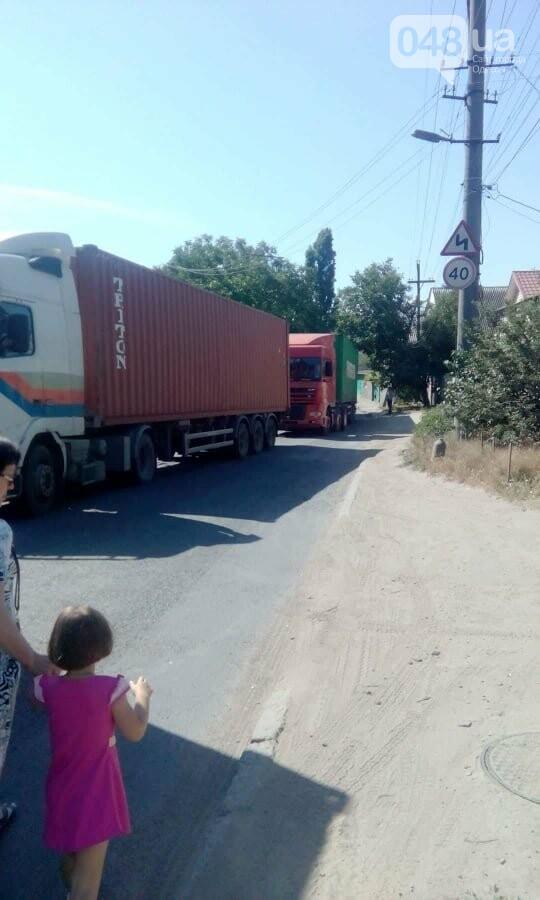 В Одессе улицу заблокировали фуры: маршрутчики высаживали пассажиров, - ФОТО, фото-1