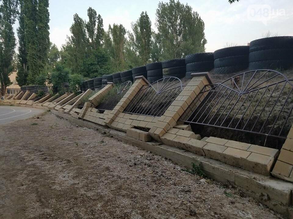 """Возле одесской школы """"упал"""" забор, - ФОТО, фото-1"""