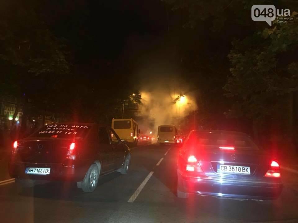 Одесситы перекрывали улицу, чтобы им включили свет, - ФОТО, фото-2