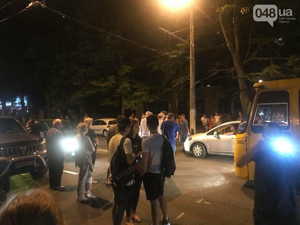 Одесситы перекрывали улицу, чтобы им включили свет, - ФОТО, фото-1