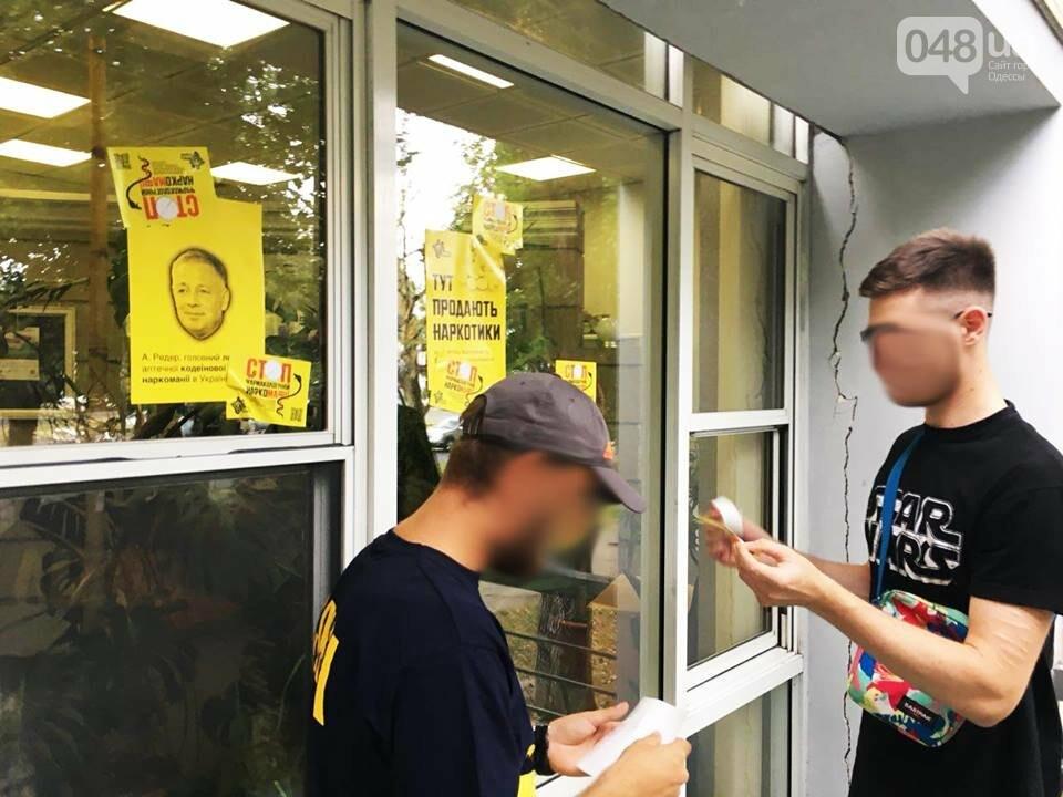 В Одессе националисты громили аптеки, где продают наркотики, - ФОТО, фото-1