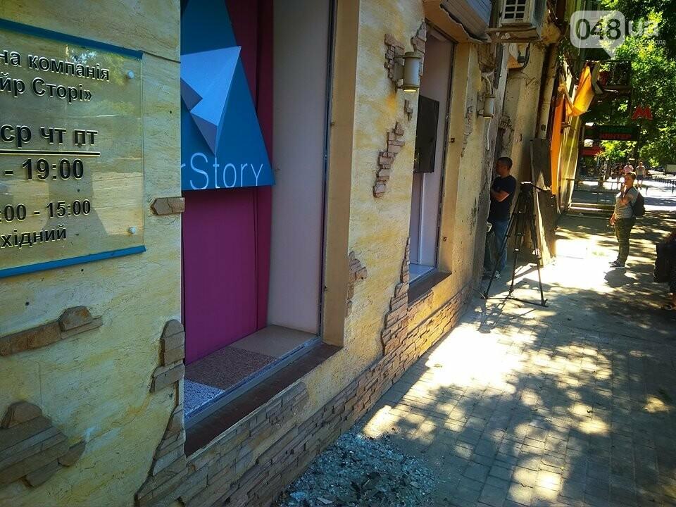 Взрыв в центре Одессы: поражающие элементы пробили входную дверь, - ФОТО, ВИДЕО, фото-15