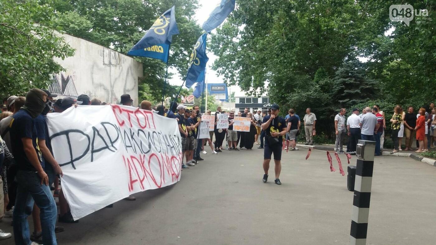 Одесский ИнтерХим пикетировали из-за продажи наркотиков, - ФОТО, ВИДЕО , фото-1