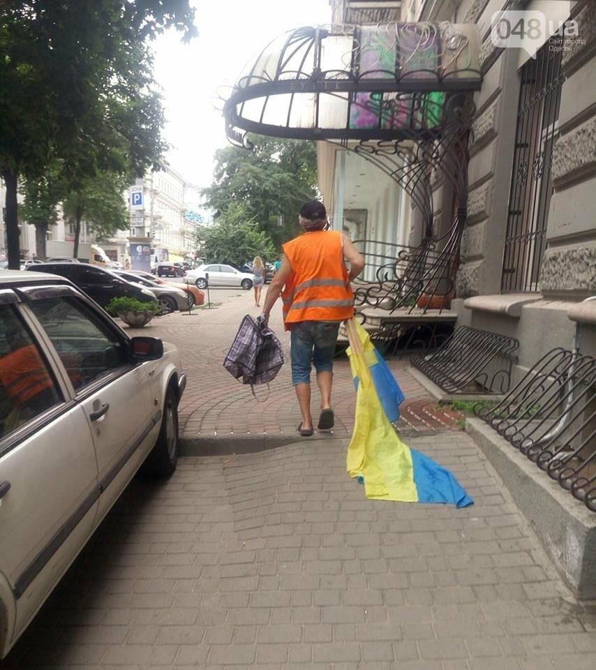 В День Конституции в Одессе дворники Государственными флагами мели улицы, - ФОТО, фото-1