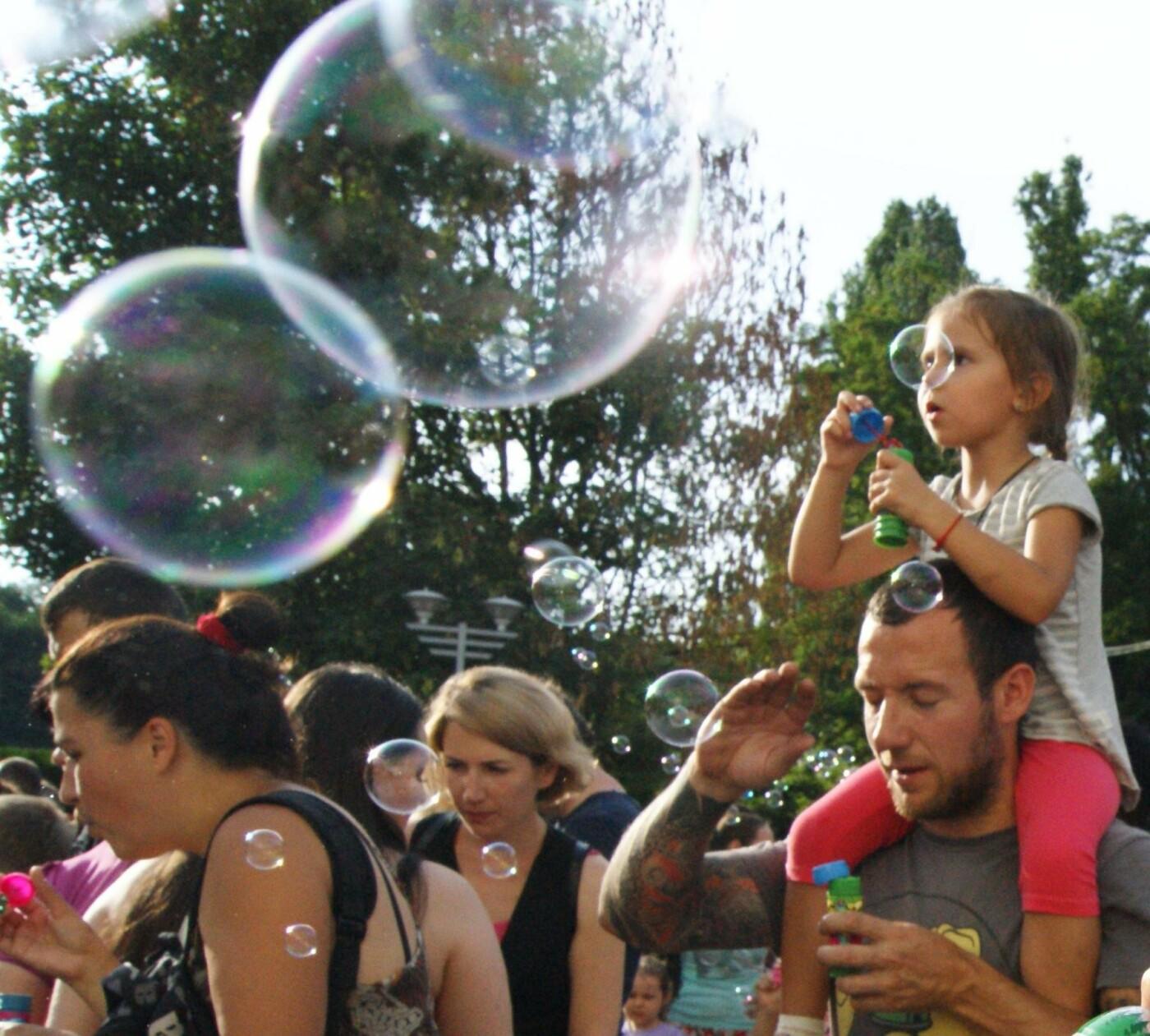 В Одессе в небо выпустили тысячи мыльных пузырей, - ФОТО, ВИДЕО, фото-4