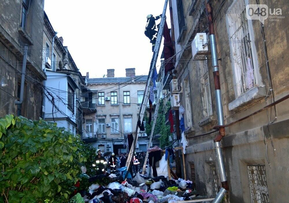 В центре Одессы спасателям пришлось разгрести завалы мусора, чтобы добраться до пожара, - ФОТО , фото-5