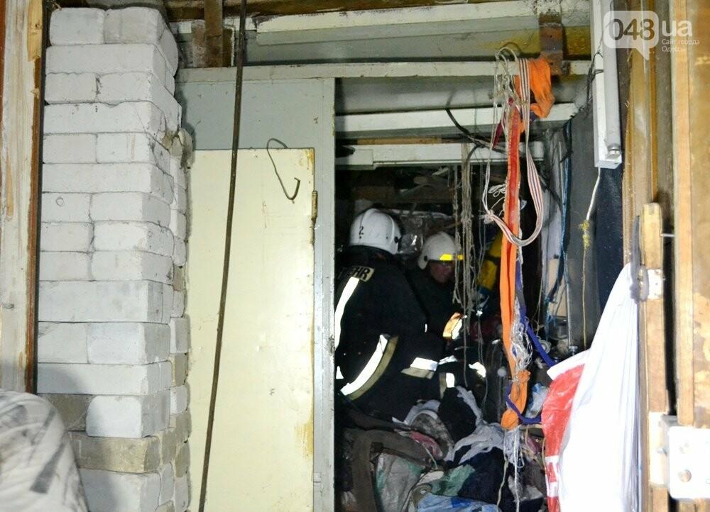 В центре Одессы спасателям пришлось разгрести завалы мусора, чтобы добраться до пожара, - ФОТО , фото-4