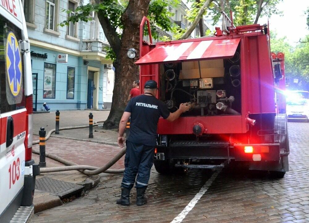 В центре Одессы спасателям пришлось разгрести завалы мусора, чтобы добраться до пожара, - ФОТО , фото-6