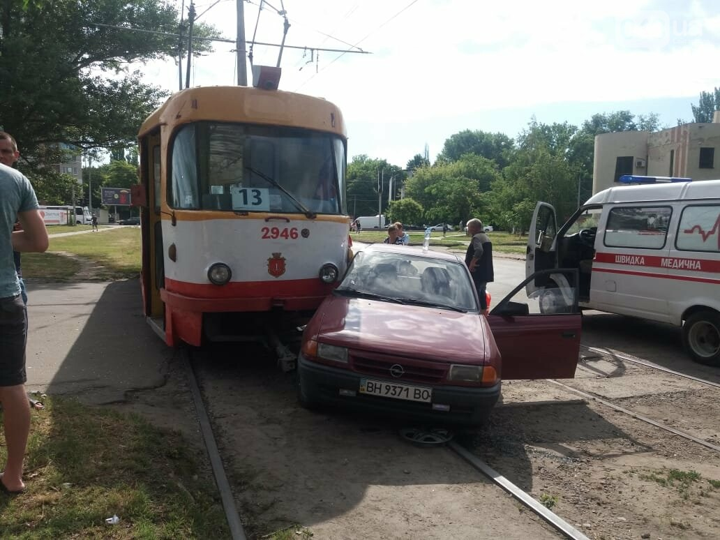 В Одессе автомобиль заехал под трамвай, - ФОТО, фото-1