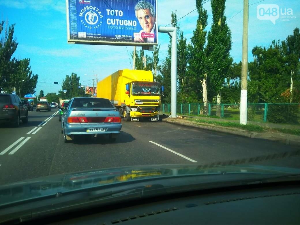 По дороге с Котовского фура снесла столб: громадная пробка в Одессе, - ФОТО, фото-3