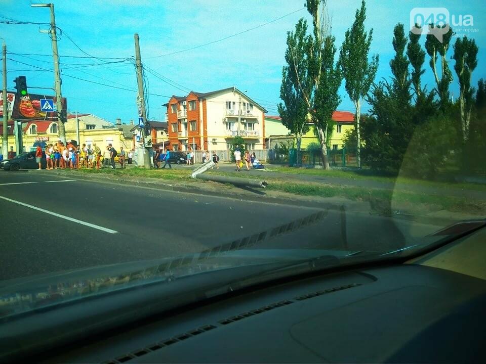 По дороге с Котовского фура снесла столб: громадная пробка в Одессе, - ФОТО, фото-1
