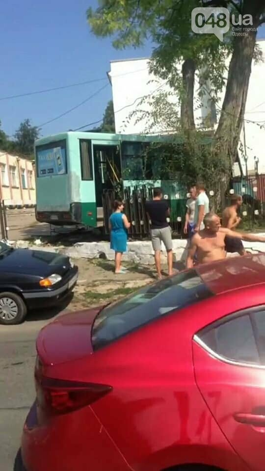 В Одессе маршрутка врезалась две машины и повалила забор, - ФОТО, фото-1