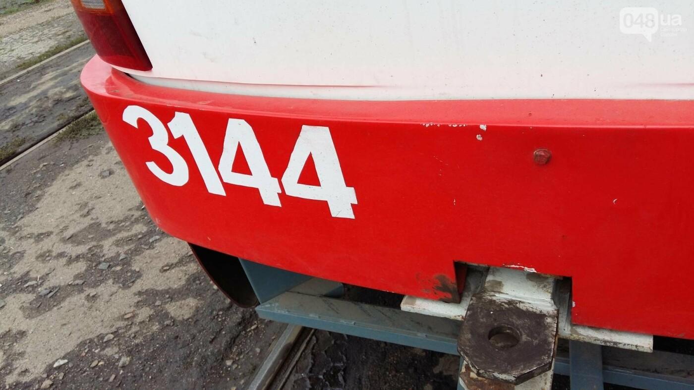 В одесском трамвае с потолка пошел дождь, - ФОТО, фото-2