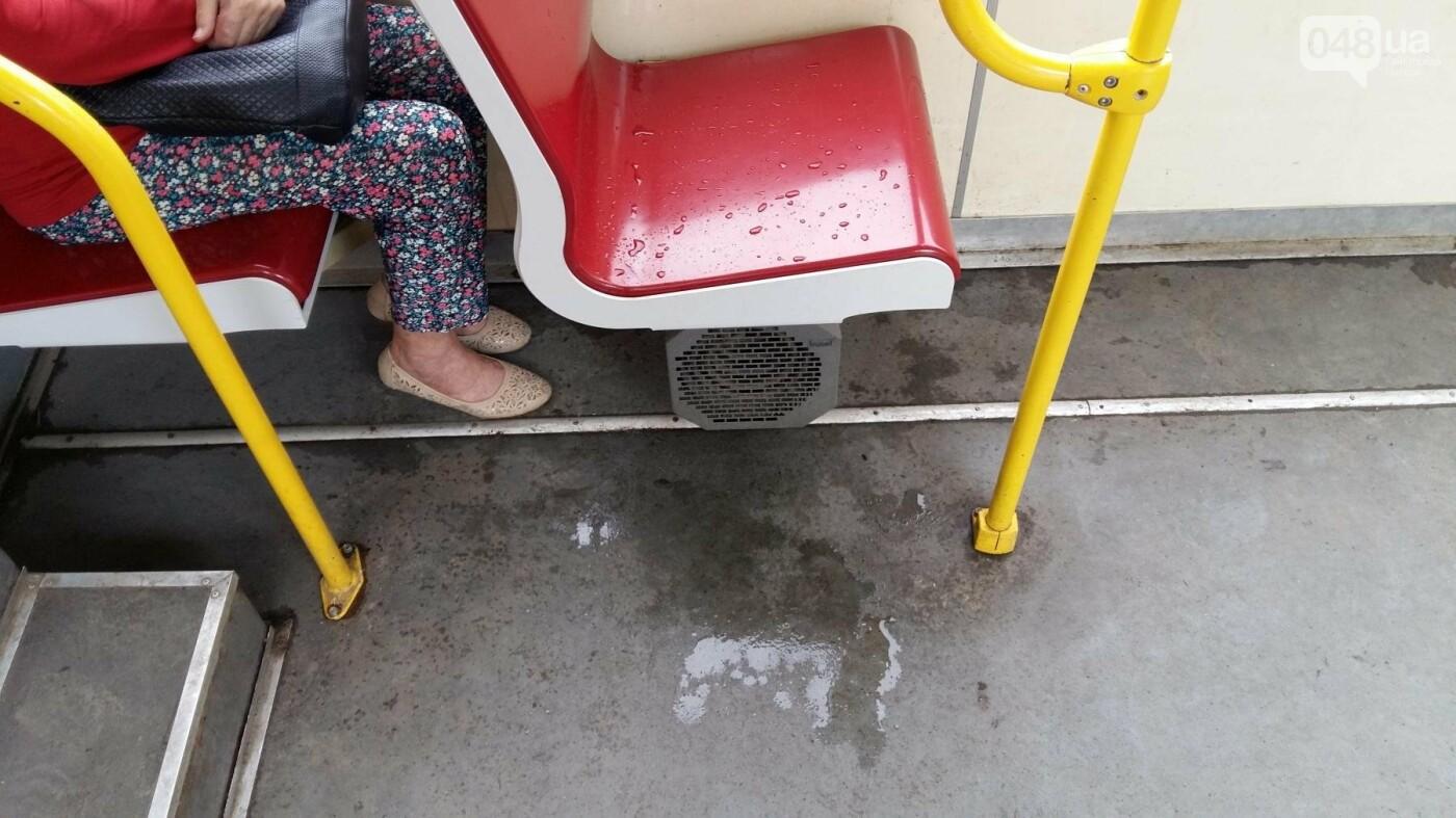 В одесском трамвае с потолка пошел дождь, - ФОТО, фото-4