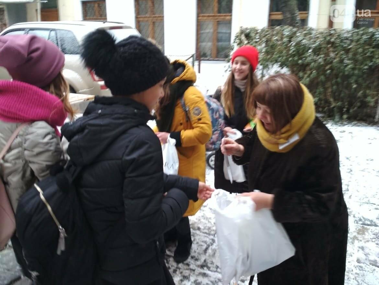 В одесском дворике помощники Святого Николая раздавали подарки, - ФОТОРЕПОРТАЖ, фото-11