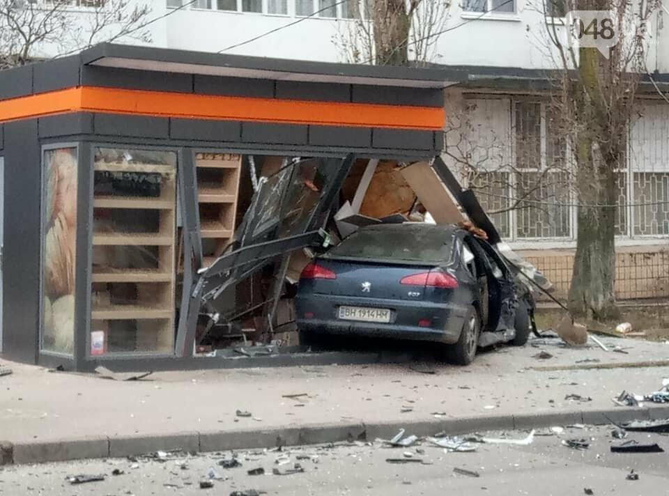 ДТП в Одессе: две иномарки разнесли хлебный киоск, - ФОТО, фото-4