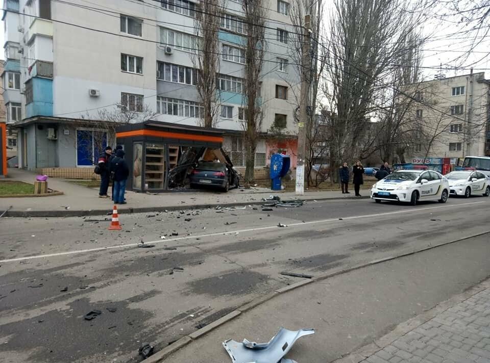 ДТП в Одессе: две иномарки разнесли хлебный киоск, - ФОТО, фото-1