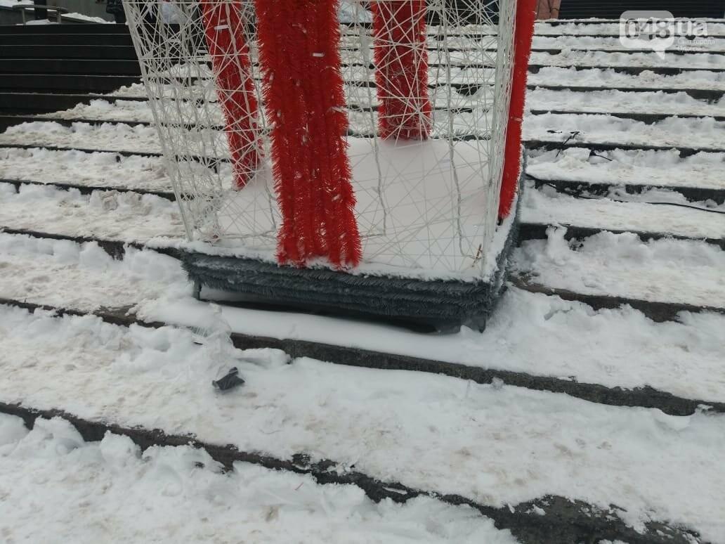 Вандалы повредили новогодние инсталляции в центре Одессы, - ФОТО, фото-1