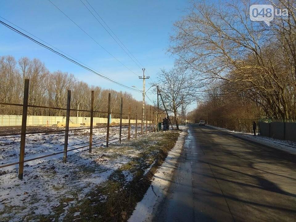 Депутатский собачятник: на мемориале 411 батареи ставят новый забор, - ФОТО, ВИДЕО, фото-2