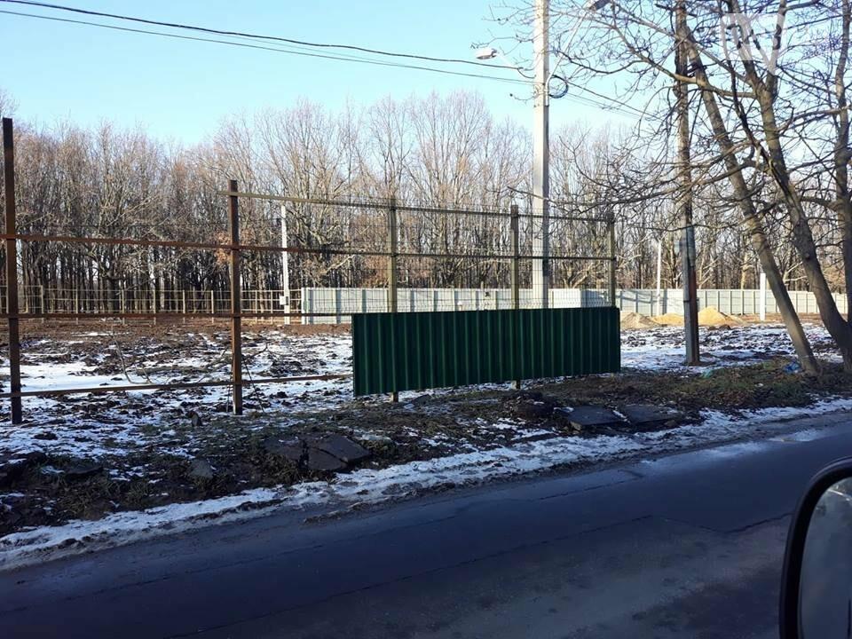 Депутатский собачятник: на мемориале 411 батареи ставят новый забор, - ФОТО, ВИДЕО, фото-1