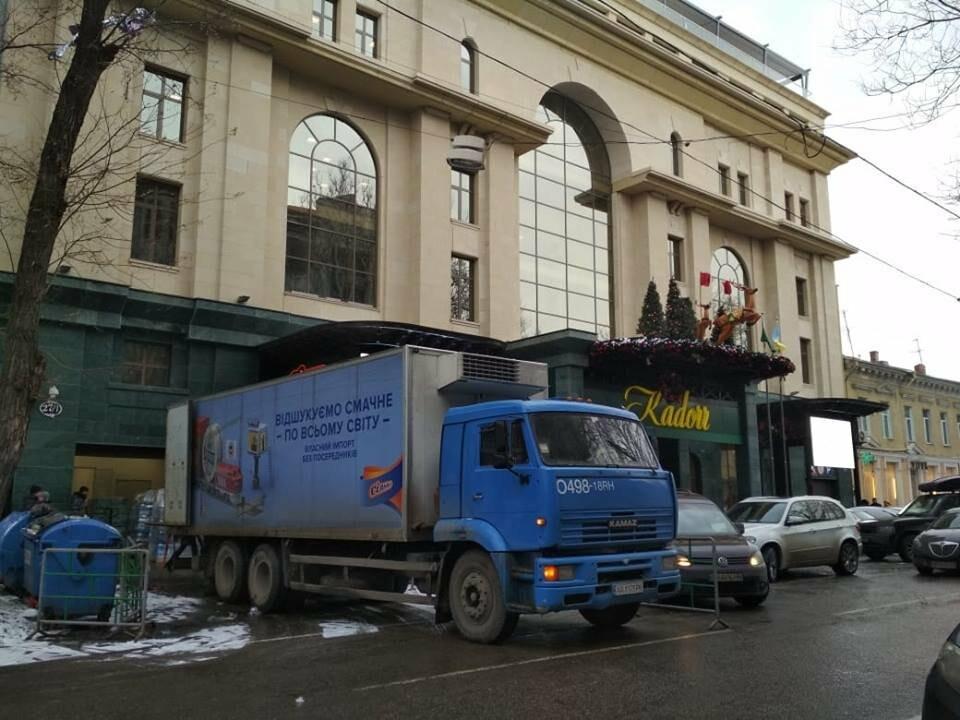 Фура перекрыла полосу движения в центре Одессы, - ФОТОФАКТ, фото-1