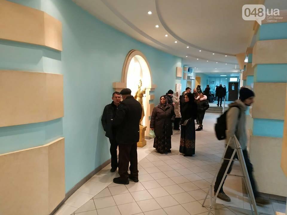 Суду зачитали антитрухановскую колядку: на активистов набросилась агрессивная старушка , фото-1