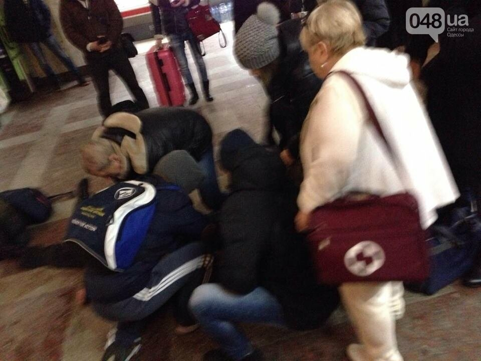 На ЖД вокзале в Одессе у мужчины случился припадок: проводят массаж сердца, - ФОТО, фото-2