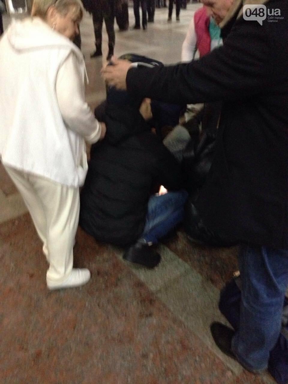 На ЖД вокзале в Одессе у мужчины случился припадок: проводят массаж сердца, - ФОТО, фото-1