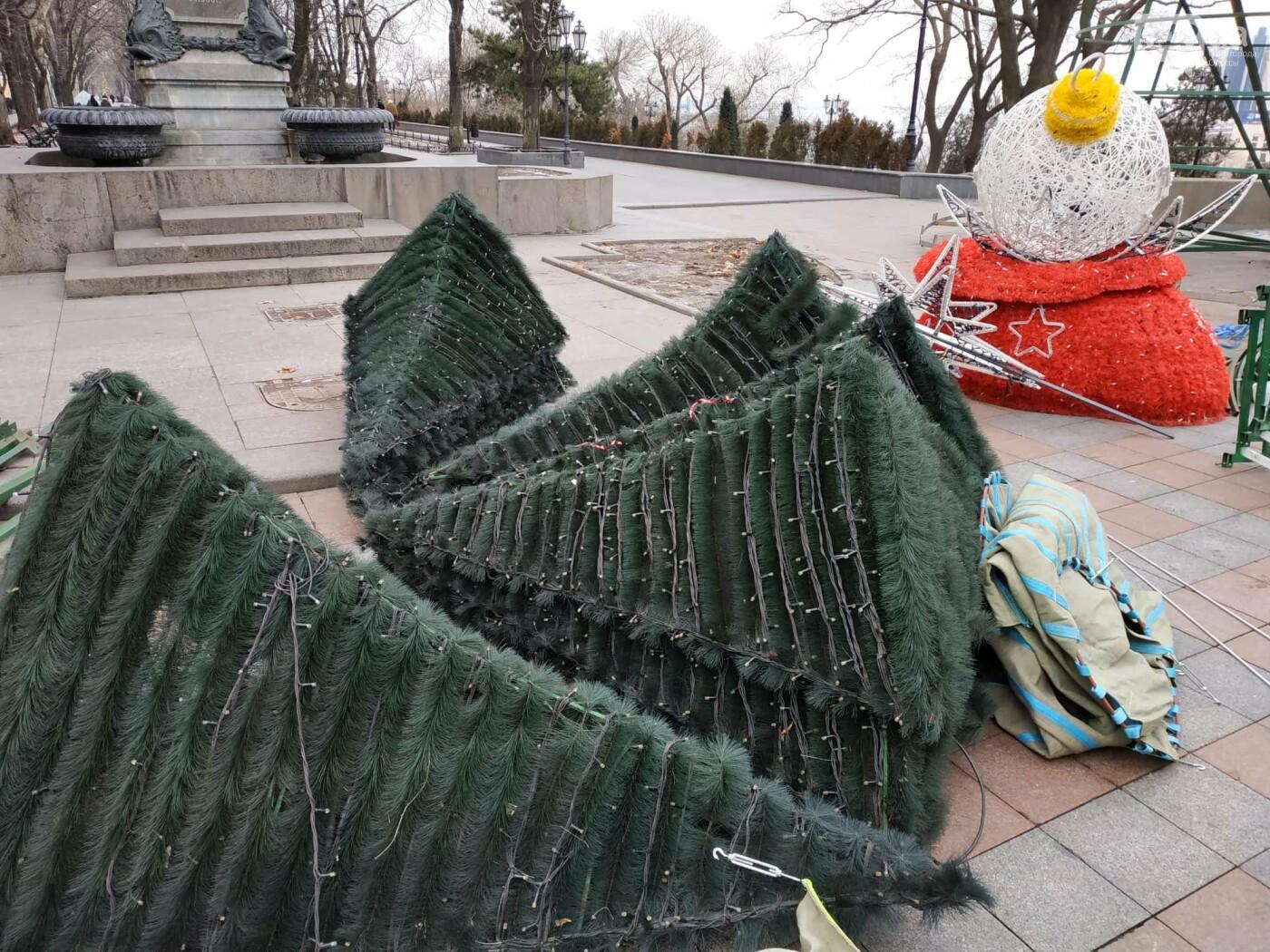 Праздники закончились: главную елку Одессы разбирают, - ФОТО, фото-1