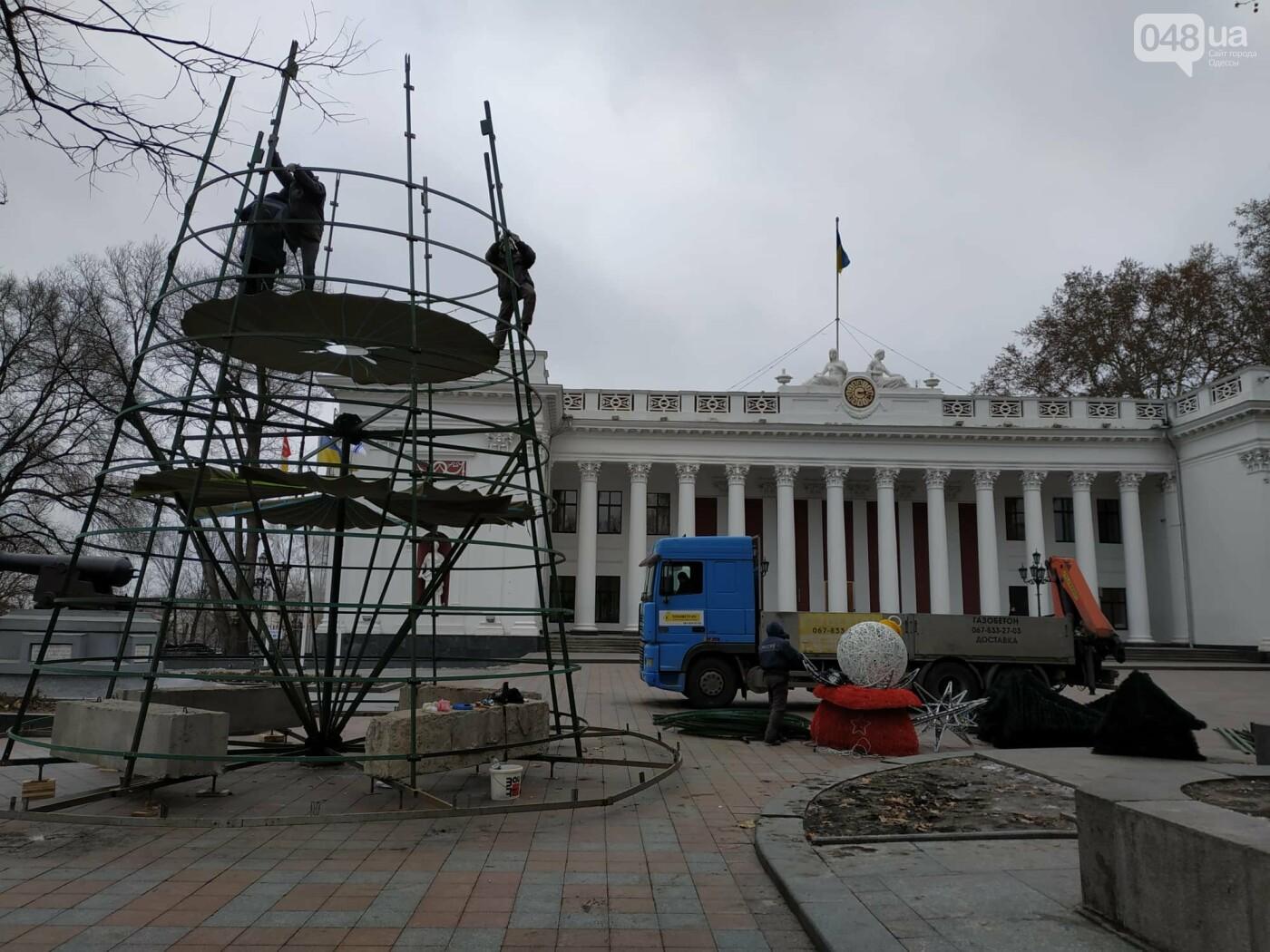 Праздники закончились: главную елку Одессы разбирают, - ФОТО, фото-3