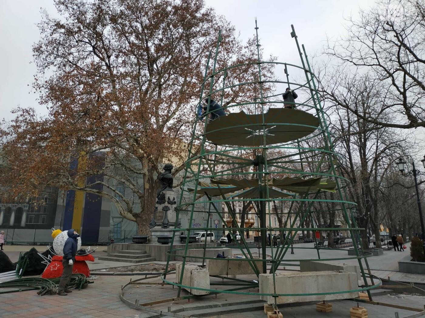 Праздники закончились: главную елку Одессы разбирают, - ФОТО, фото-11