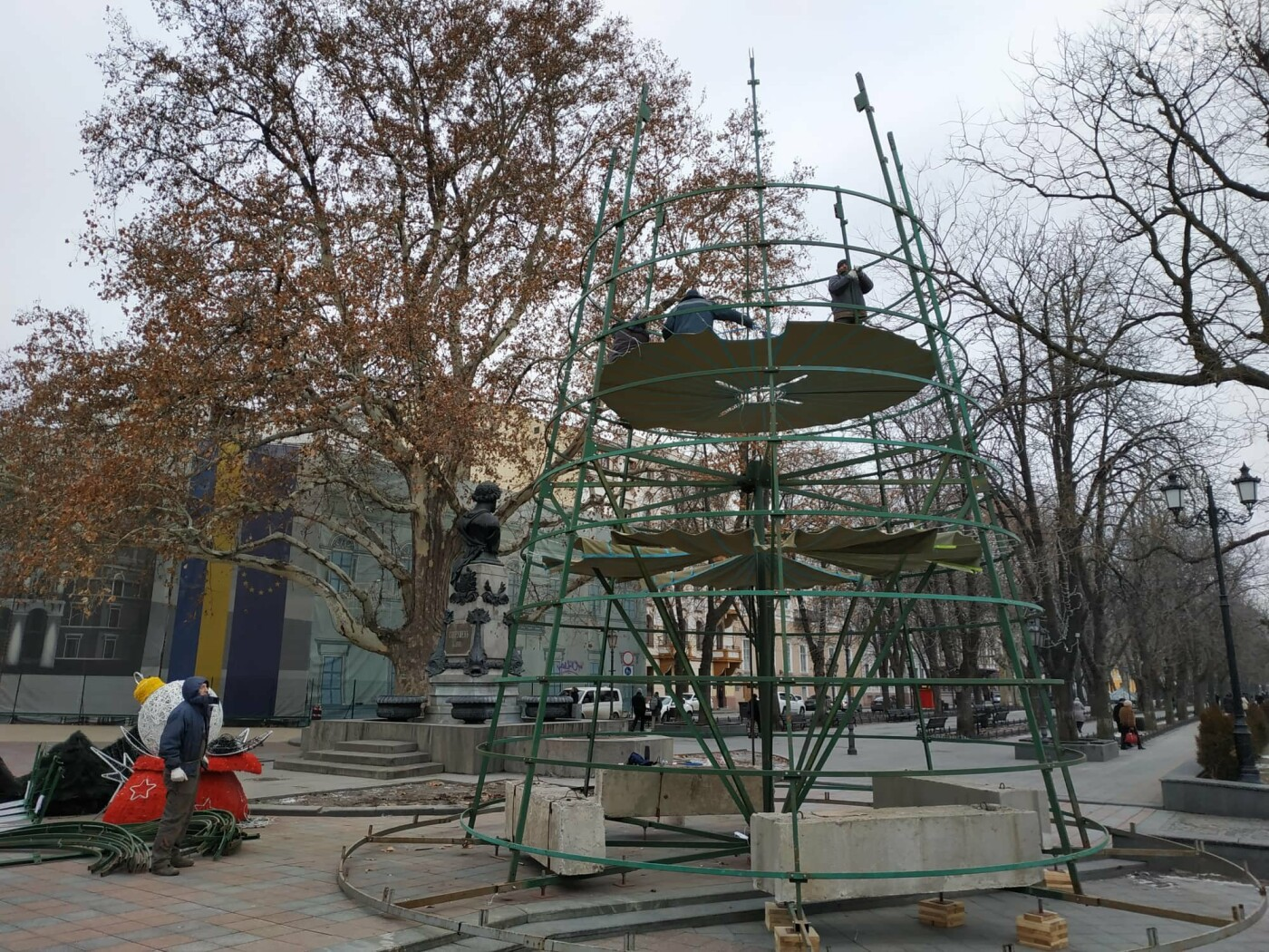Праздники закончились: главную елку Одессы разбирают, - ФОТО, фото-15