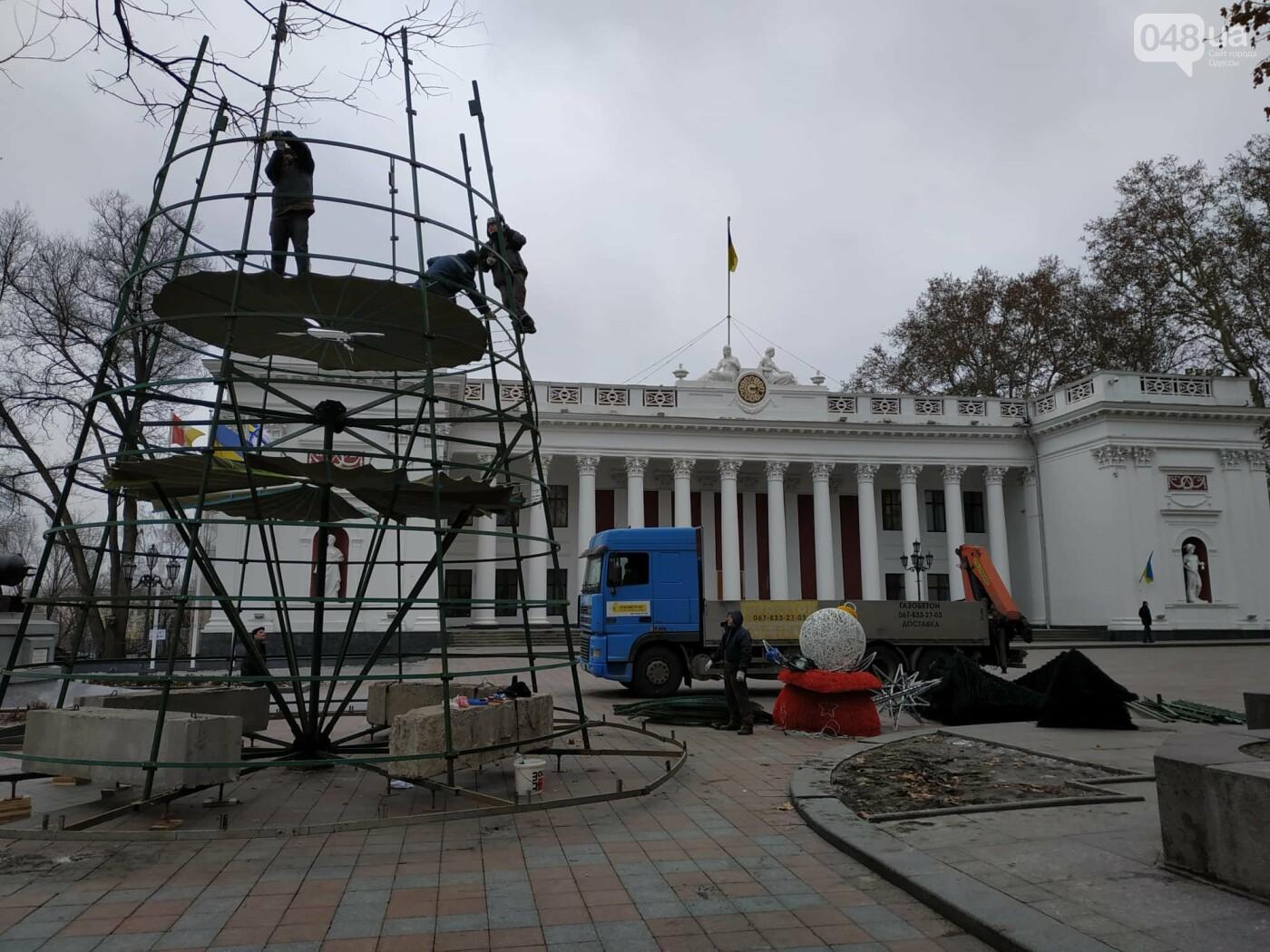 Праздники закончились: главную елку Одессы разбирают, - ФОТО, фото-9