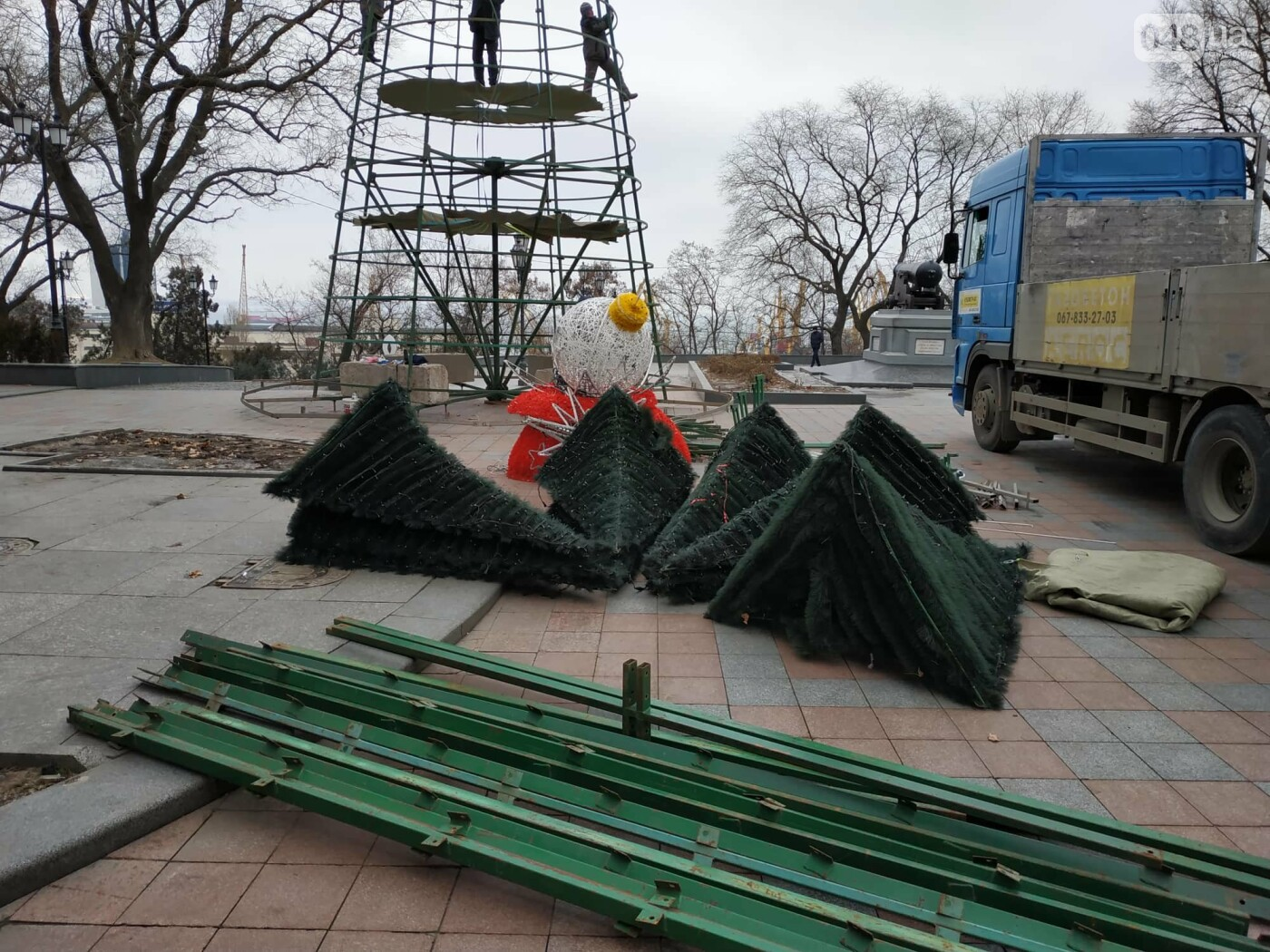 Праздники закончились: главную елку Одессы разбирают, - ФОТО, фото-2
