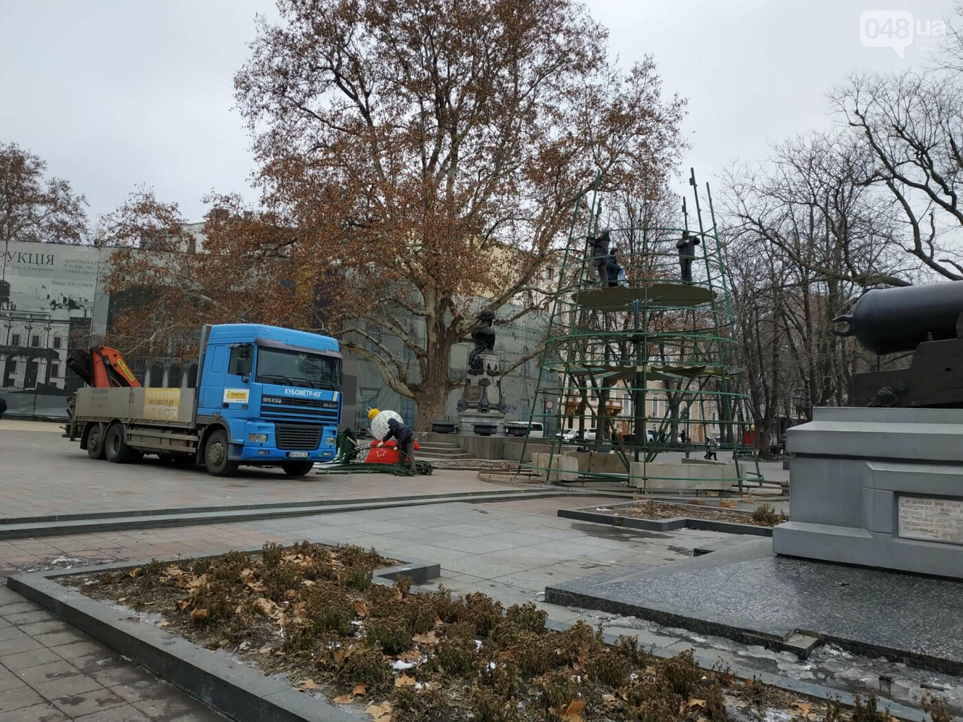 Праздники закончились: главную елку Одессы разбирают, - ФОТО, фото-14