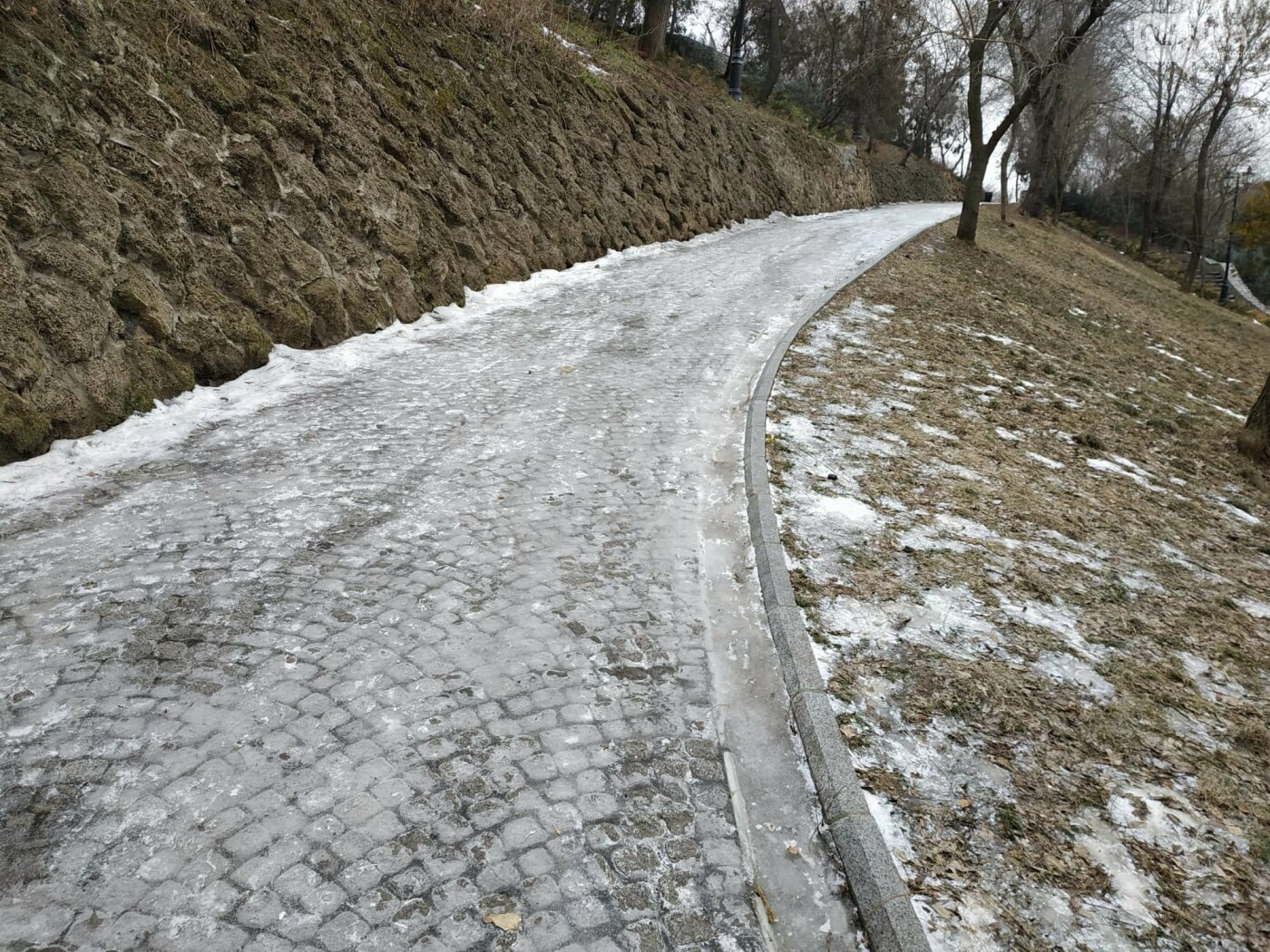 Куда не пойти в Одессе: дорожки Стамбульского парка покрыты льдом, - ФОТО, ВИДЕО, фото-14