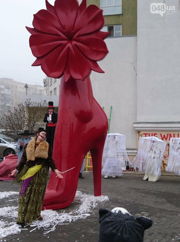 Люди на ходулях сплясали у цветка, растущего из пятиметровой женской ступни, - ФОТО, ВИДЕО, фото-11