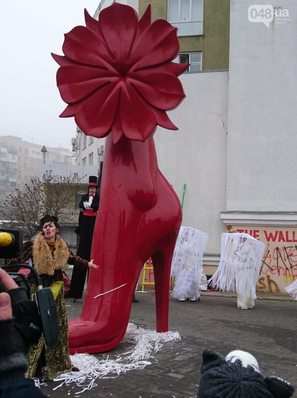 Люди на ходулях сплясали у цветка, растущего из пятиметровой женской ступни, - ФОТО, ВИДЕО, фото-3
