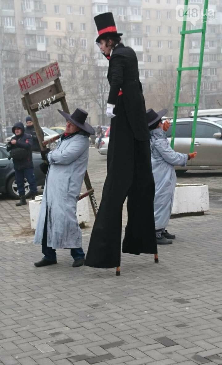 Люди на ходулях сплясали у цветка, растущего из пятиметровой женской ступни, - ФОТО, ВИДЕО, фото-7