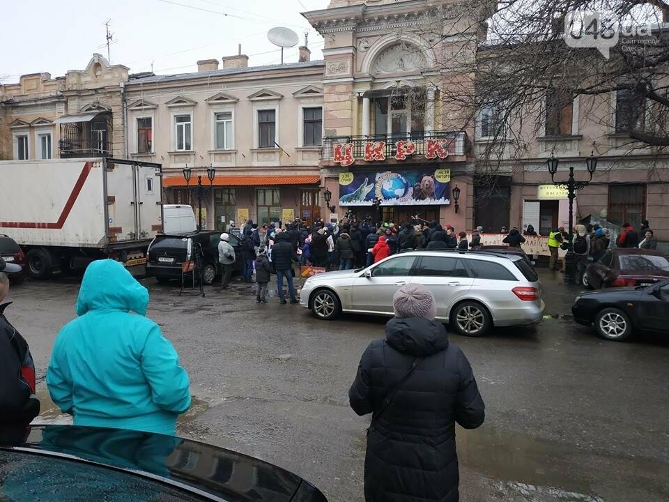 Продавцы билетов в цирк в Одессе вели себя агрессивно: родителей  это не смутило  - ВИДЕО, фото-1