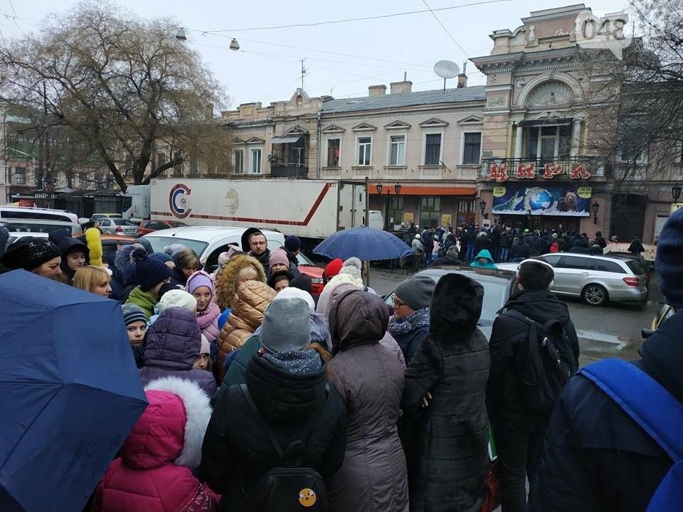 Продавцы билетов в цирк в Одессе вели себя агрессивно: родителей  это не смутило  - ВИДЕО, фото-2