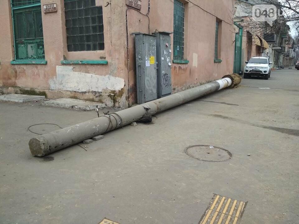 """В центре Одессы на тротуаре """"прилег отдохнуть"""" фонарный столб, - ФОТОФАКТ, фото-2"""