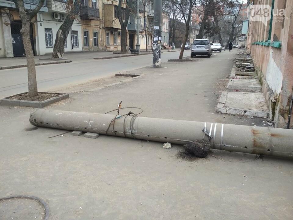"""В центре Одессы на тротуаре """"прилег отдохнуть"""" фонарный столб, - ФОТОФАКТ, фото-1"""