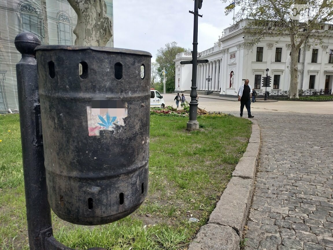 Реклама наркотиков возле Одесского горсовета