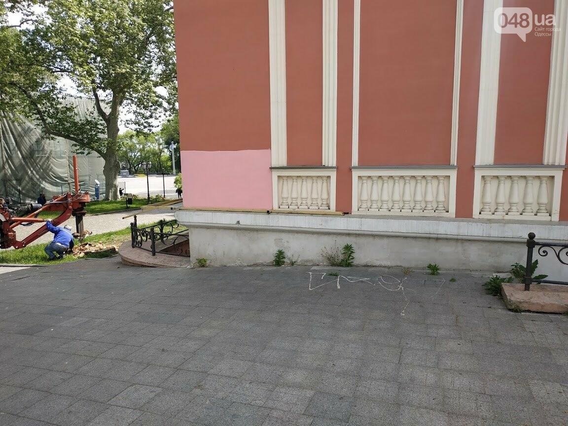 Возле Одесского горсовета закрасили нарко-рекламу.