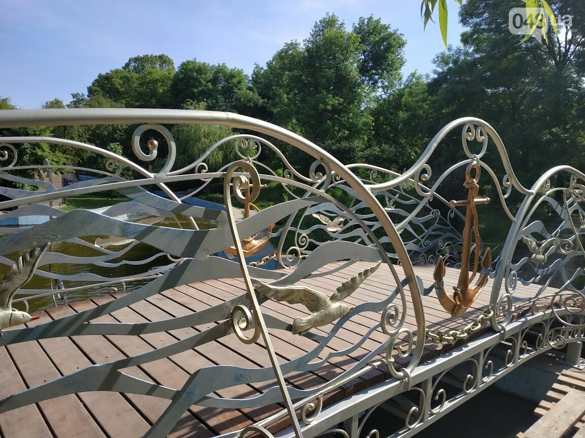 Кованый пешеходный мост в парке Победы